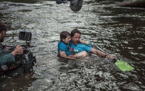 Jiří Langmajer se při natáčení nového filmu vrhl do vody.