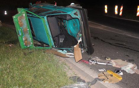 Auto skončilo po několika kotrmelcích na boku.