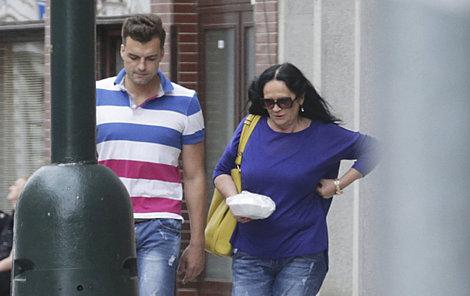 Gregorová se svou láskou Ondřejem Koptíkem vycházejí ze svého bytu.