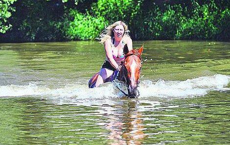 Do řeky musely jezdkyně pomalu, aby si koně na vodu přivykli.