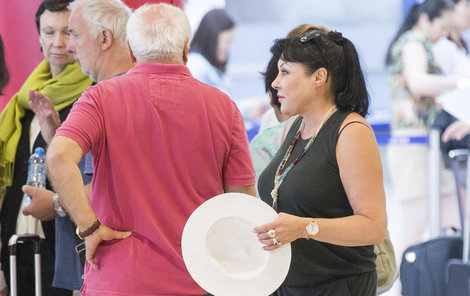 S Felixem se zpěvačka stihla prý ještě pohádat. Na letišti tak manželé vypadali, jako že se vůbec neznají.