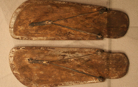 Dřevěné žabky z egyptského Abúsíra z 9. až 10. královské dynastie.