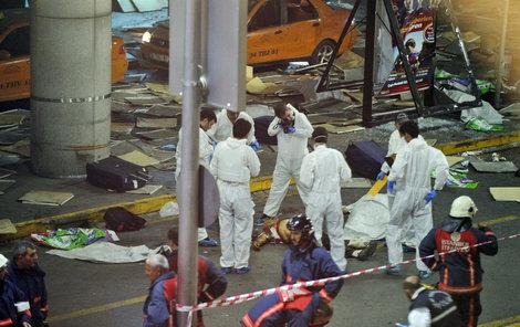 Před letištěm zůstali ležet mrtví. Celkem si atentát vyžádal 43 životů!