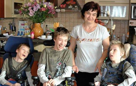 Alena Kosmáková se svými trojčaty.