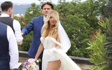 Modelka s hudebníkem si řekli ano na Strahově, kam je přivezly limuzíny za pět milionů.