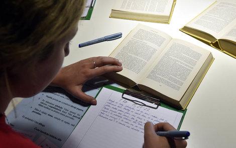 Na Velehradě se ručně přepisuje bible.