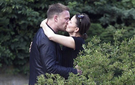 Klára Melíšková a Viktor Tauš se líbali u říčky Teplá.