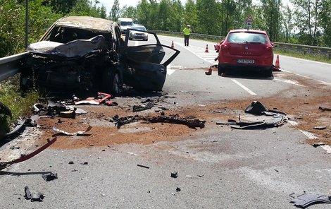 Při čelním střetu byly zraněny tři děti a dva dospělí.