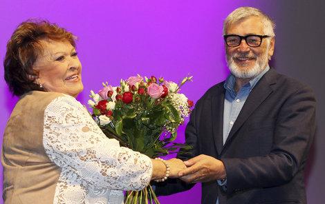 KARLOVY VARY, ČTVRTEK 16:20. Prezident festivalu Jiří Bartoška předal Bohdalové velkou květinu.