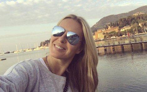 Simona Krainová sbalila kufry a vyrazila k moři. Dobře dělá!