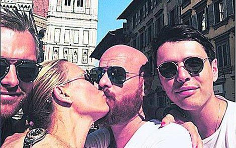 Simona je na dovolené s manželem a přáteli.