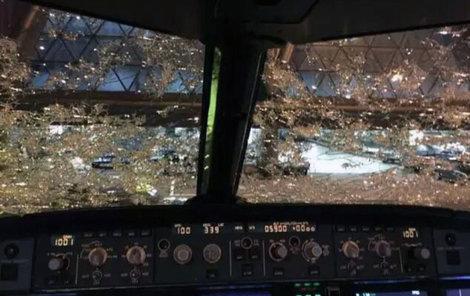 Piloty oslepilo krupobití, přístroje ale vydržely.