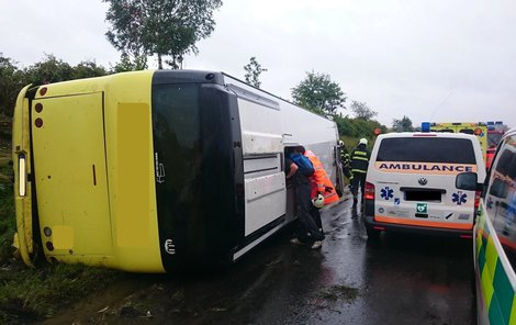 Řidič nezvládl řízení a převrátil vůz na bok.