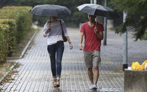 Letní teploty v příštích dnech nečekejte. Bude chladno a déšť!