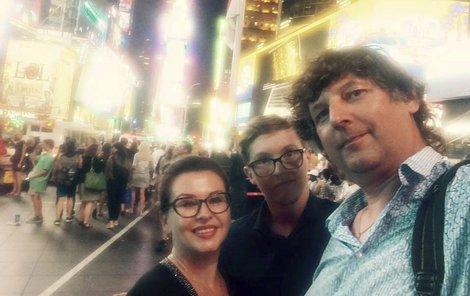Dospělý syn Petr s rodiči na Time Square v New Yorku.