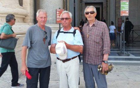 Řím! Jiří Vavřík, Karel Kavička, Rudolf Lahoda před jedním z kostelů, který navštívili.