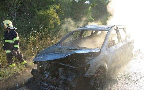 Navzdory rychlému zásahu, zbyla z auta a věcí v něm jen ohořelá torza.