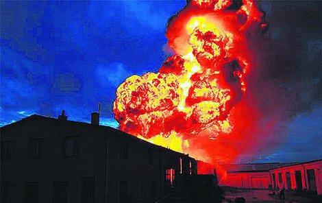 Plameny šlehaly třicet metrů vysoko.