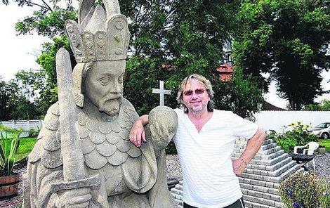 Miluje historii a doma na zahradě má i tuhle sochu Karla IV.