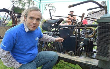 Nádrž na lehký benzin byla současně i karburátorem, ukazuje Arnošt Nezmeškal.