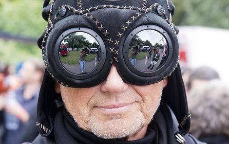 Zpěvák se pochlubil koženou maskou na poděbradském festivalu Barvy léta.