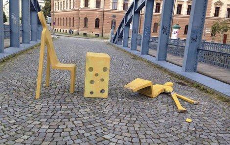 Takto dopadlo sousoší Dialog sochaře Michala Trpáka. Škoda je 20 tisíc korun.