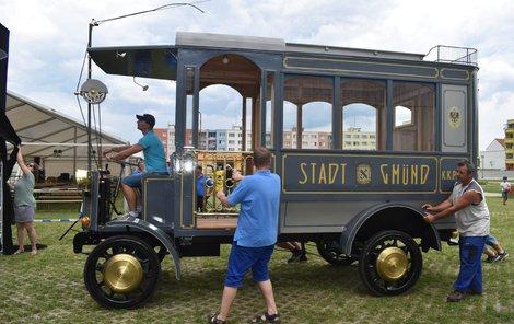 Replika prvního trolejbusu, který jezdil ve střední Evropě. Spojoval centrum Gmündu s dnešním nádražím v Českých Velenicích.