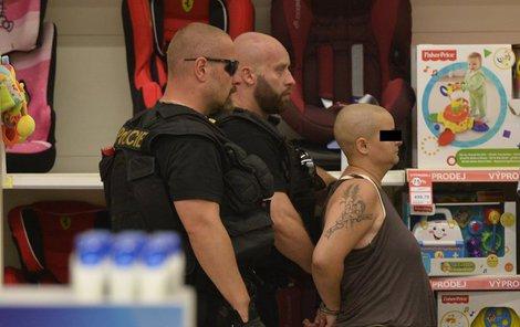 Policie odvádí pachatelku z místa vraždy.