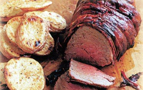 Hovězí v pršutu podávejte s opečeným bramborem.