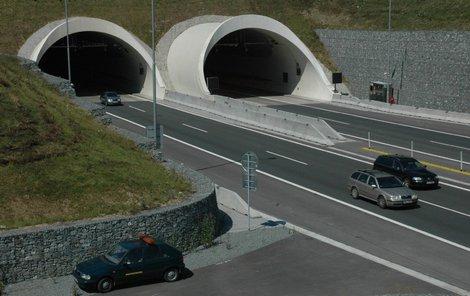 Tímhle tunelem si krátil cestu.