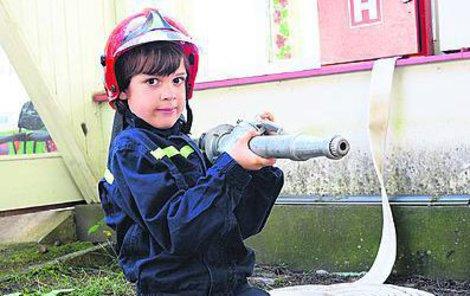 JAK DRŽET HADICI. K důležitým složkám integrovaného záchranářského systému patří i hasiči. A tak je důležité nejen navštívit skutečnou hasičskou služebnu, zjistit, jak u hasičů pracují potápěči, ale také si vyzkoušet, jak se správně drží požární hadice. A je to pěkná dřina!