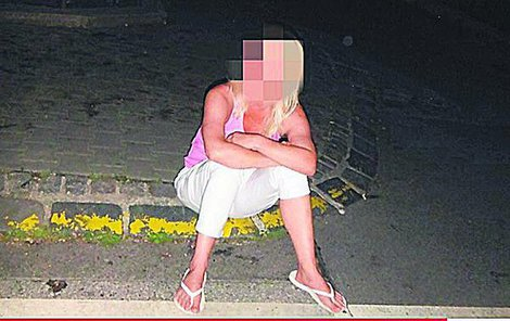 Opilá žena se snažila se strážníkem flirtovat.