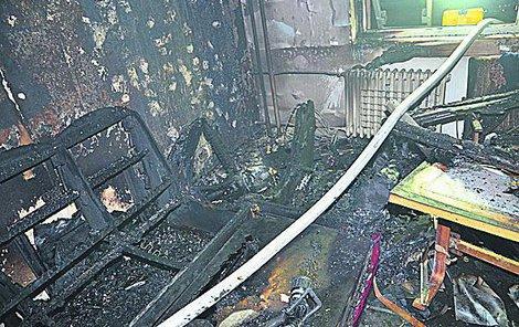Vnitřek bytu zničily plameny.