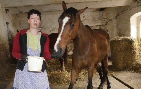 Zbídačeného koně zachránila před smrtí Blanka Schröpferová.