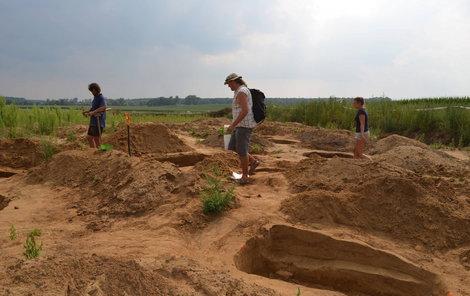 Archeologové letos odkryli v navátých píscích 20 hrobů i s milodary a šperky.