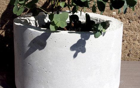 Betonový květník zvládnete vyrobit doma.