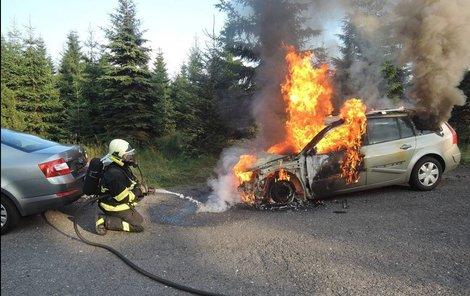 Auto začalo hořet v pondělí večer v obci Bílý Potok.