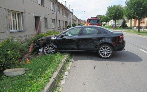 Alfa Romeo se zastavilo o lampu, která spadla na kolemjdoucí ženu.