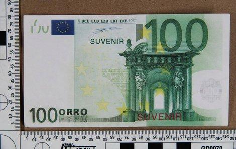 Podvodník prodával falešná eura s nápisem Suvenir.