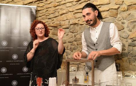 Angela se parfémům věnuje spolu se svým manželem Enrikem.