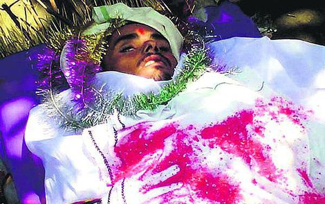 Sandeepa chtěli nejdřív pohřbít, pak se rozhodli ho zpopelnit.
