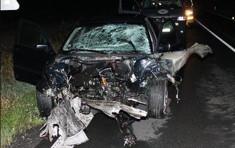 Takto dopadlo BMW po nedělní sražce s peugeotem.