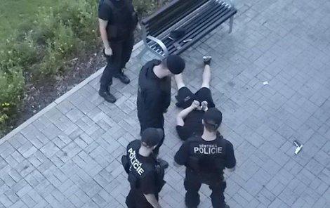 Strážníci muže odzbrojili a nasadili mu pouta.