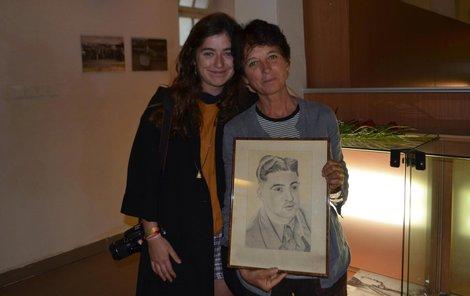 Pro portrét otce si přijela včera z Francie dcera Anne Bonis s vnučkou Coline.