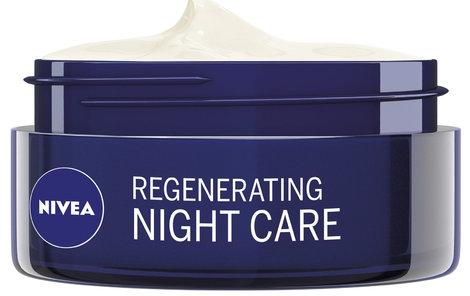 Dodá pokožce živiny, regeneruje ji a zklidňuje – Výživný regenerační nčoní krém s přírodním mandlovým olejem a provitaminem B5, Nivea, 150 Kč.