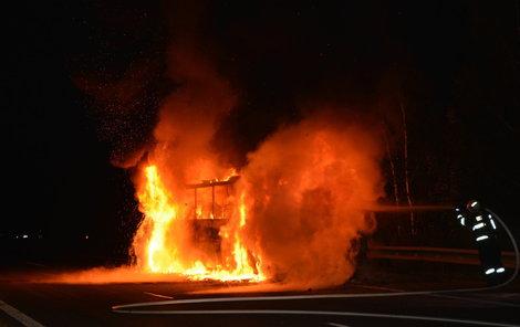 Provoz na dálnici se kvůli hořícímu autobusu zastavil na čtyři hodiny.