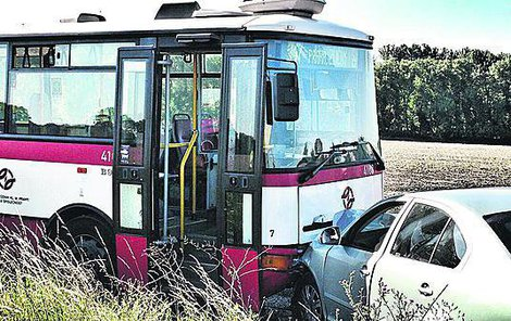 Škoda Octavia narazila čelně do autobusu.