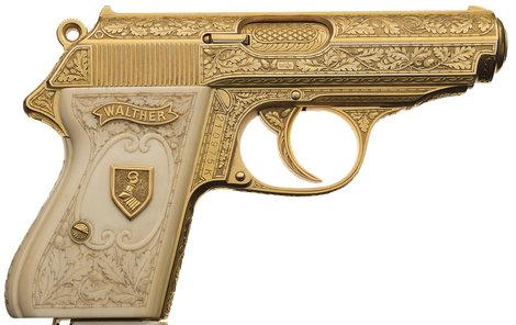 Jeho osobní zbraň, pozlacená pistole Walther PPK nesoucí dokonce rodinný erb!