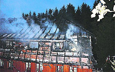 Oheň zasáhl hlavně střechu a třetí patro.