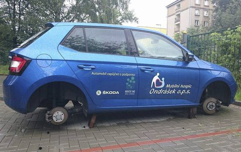 Někdo jim ukradl z auta dvě kola...